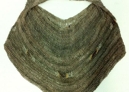 A looped string bag or bilum made from plant materials in Papua New Guinea in the early to mid 1900s