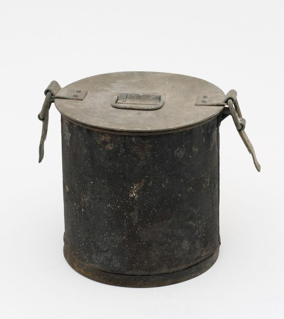 Metal sanitary pan with lid