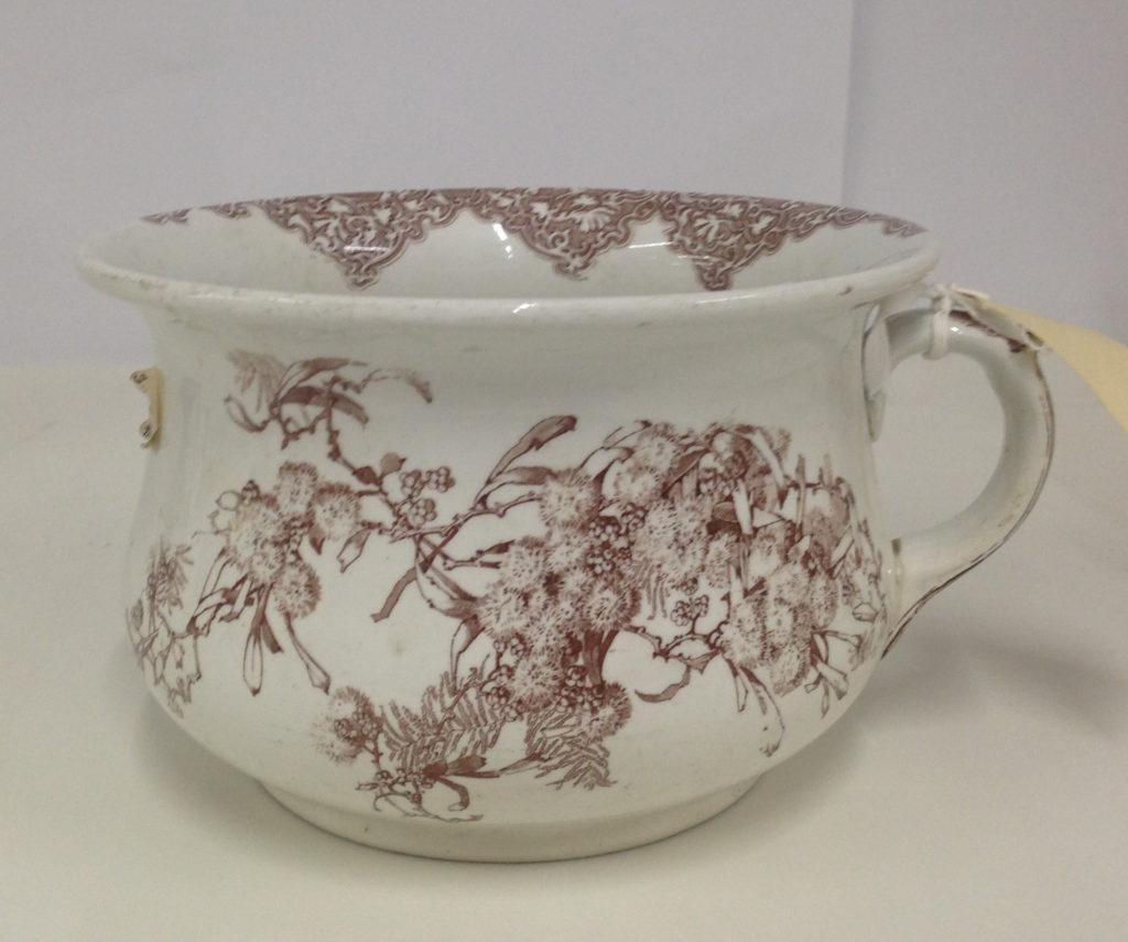 Wattle pattern earthenware chamber pot