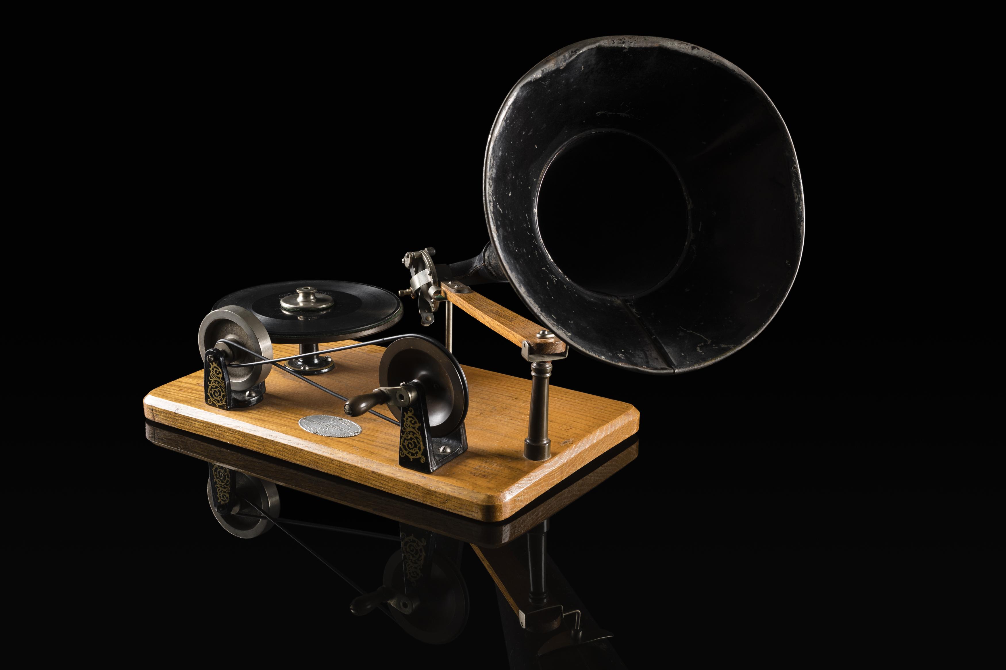 94/57/1-1/1 Gramophone, metal / wood / neoprene, made by Berliner Gramophone Co, USA, 1893-1896.